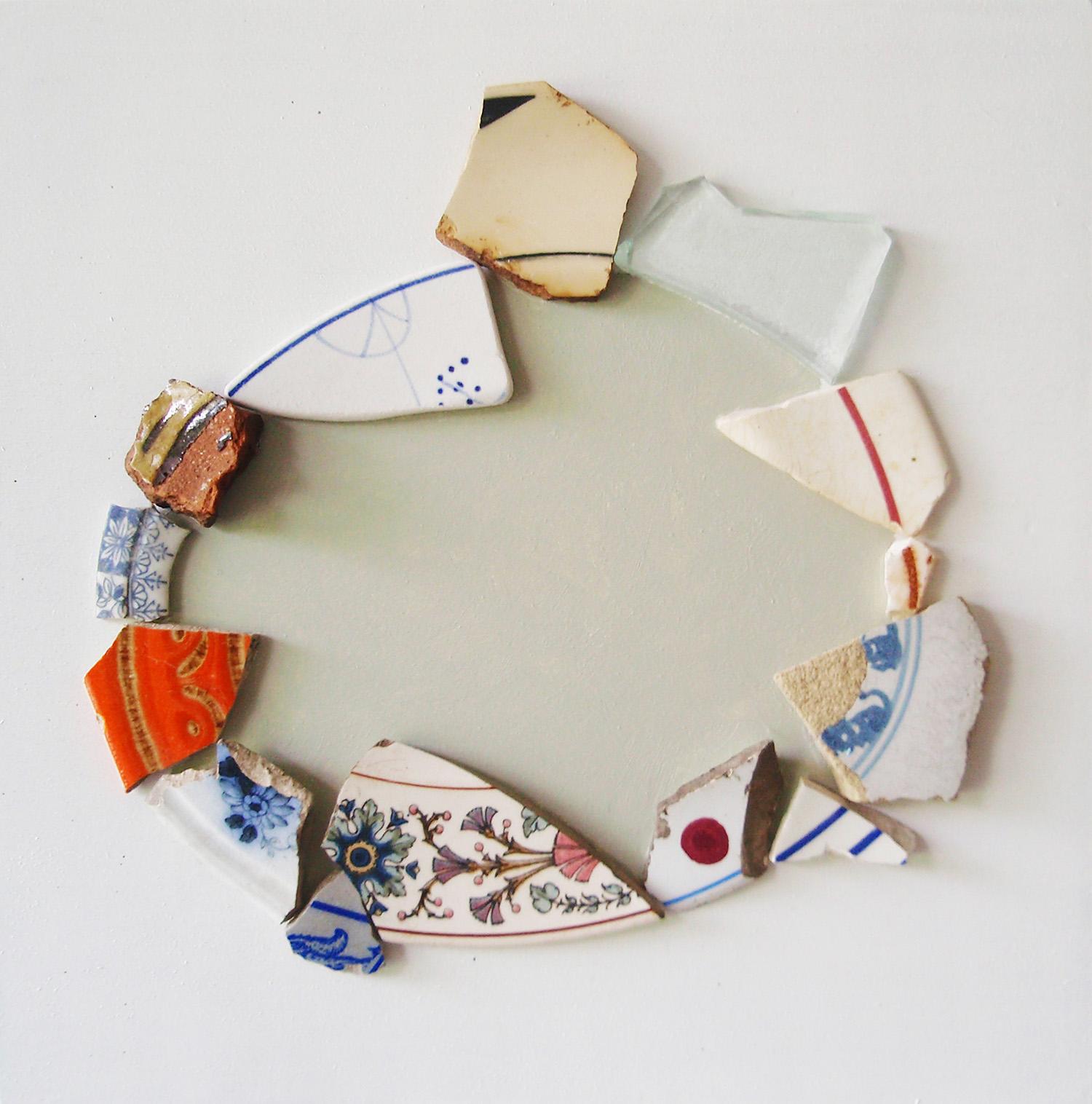 Scherbenteller, Scherben-Fundstücke auf farbiger Holzplatte, 25x25 cm, 2008