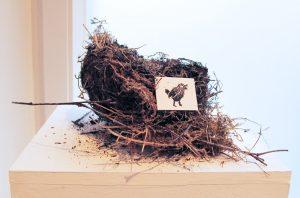 """Detail aus der Zusammenstellung """"Natürlich natürlich"""", Vogelnest mit Linoldruck, 2015"""